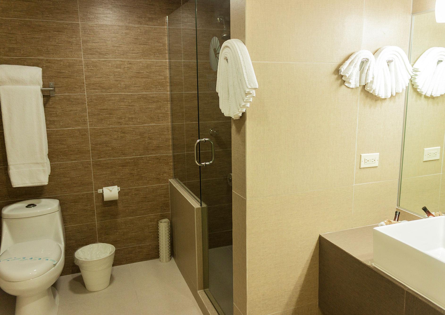 baño habitacion del mar hotel cortez