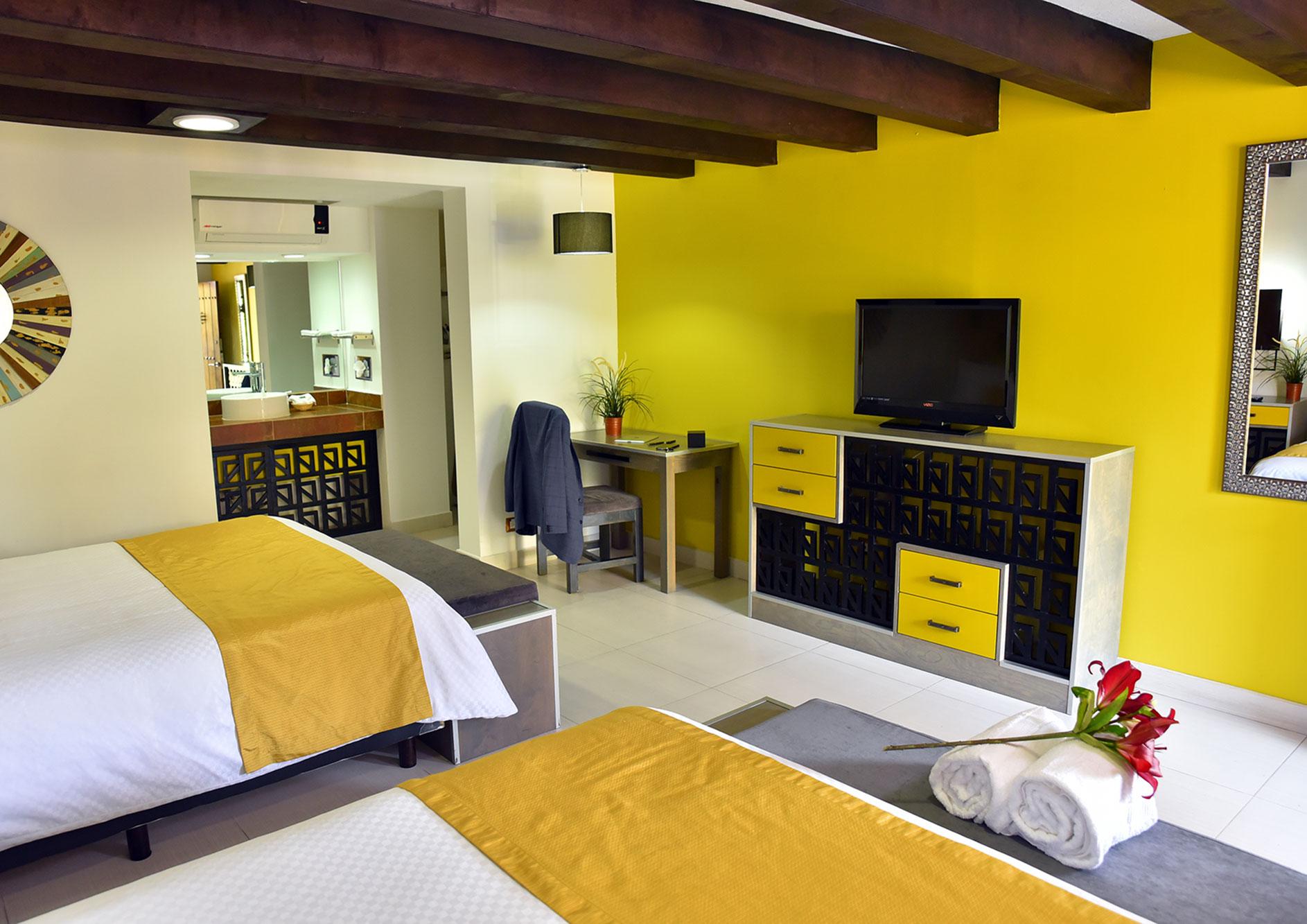 habitacion con tele y sala hotel hacienda del rio tijuana